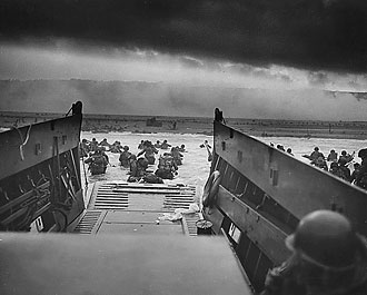 file:/activities/oralhistory/cappics/cohen1944_landing, alt: American soldiers landing onto the coast of Normandy