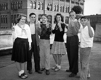 file:/activities/oralhistory/cappics/elliot1939vv_teens, alt: 6 teenagers displaying V for victory