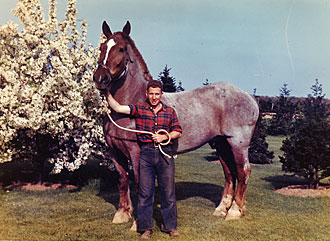 file:/activities/oralhistory/cappics/slater1924_horse, alt: Paul Slater holding a large horse
