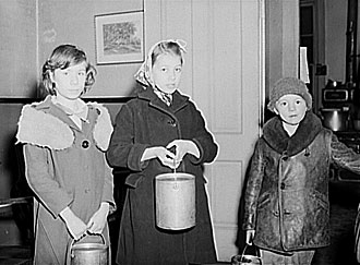 file:/activities/oralhistory/cappics/slater1924_poorkids, alt: three children in soup kitchen